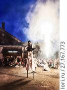 Купить «Зрители и Воин клоун на ходулях во время огненного шоу на уличном фестивале в Центре современного искусства ВИНЗАВОД», фото № 27167773, снято 29 июня 2014 г. (c) Эдуард Паравян / Фотобанк Лори