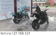 Купить «Молодая женщина мотоциклист моет мотоциклы на мойке самообслуживания», видеоролик № 27168121, снято 25 октября 2017 г. (c) Кекяляйнен Андрей / Фотобанк Лори