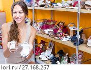 young woman choosing children shoes. Стоковое фото, фотограф Яков Филимонов / Фотобанк Лори