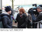 Купить «Журналист телеканала Москва 24, берет интервью у стоящего в очереди за новым айфоном молодого человека», эксклюзивное фото № 27168513, снято 2 ноября 2017 г. (c) Дмитрий Неумоин / Фотобанк Лори