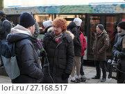 Купить «Журналист телеканала Москва 24, берет интервью у стоящих в очереди за новым айфоном», эксклюзивное фото № 27168517, снято 2 ноября 2017 г. (c) Дмитрий Неумоин / Фотобанк Лори