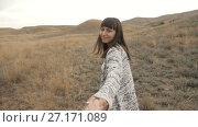 Купить «Woman Walking With Boyfiend», видеоролик № 27171089, снято 2 ноября 2017 г. (c) Илья Шаматура / Фотобанк Лори