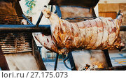 Купить «Whole bull carcass fried on spit on Medieval Fiesta in Besalu, Spain», видеоролик № 27175073, снято 27 сентября 2017 г. (c) Яков Филимонов / Фотобанк Лори