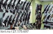 Купить «air-driven rifle hangs on the wall in army store», видеоролик № 27175697, снято 14 июля 2017 г. (c) Яков Филимонов / Фотобанк Лори