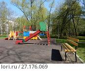 Купить «Детская игровая площадка во дворе жилых домов на Открытом шоссе. Район Метрогородок. Город Москва», эксклюзивное фото № 27176069, снято 5 мая 2017 г. (c) lana1501 / Фотобанк Лори