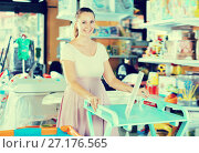 Купить «Smiling pregnant woman choosing changing table», фото № 27176565, снято 22 сентября 2017 г. (c) Яков Филимонов / Фотобанк Лори