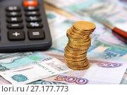 Купить «Российские монеты, купюры и калькулятор», эксклюзивное фото № 27177773, снято 16 января 2017 г. (c) Юрий Морозов / Фотобанк Лори