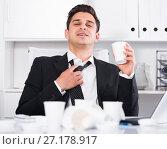 Купить «Relaxed businessman finishing work», фото № 27178917, снято 20 апреля 2017 г. (c) Яков Филимонов / Фотобанк Лори