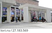 Купить «Moscow, Russia - November 2. 2017. People ride on swing in Triumph Square», видеоролик № 27183569, снято 2 ноября 2017 г. (c) Володина Ольга / Фотобанк Лори