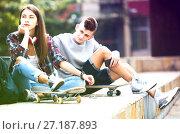 Купить «Phubbing: teenager ignore her friend», фото № 27187893, снято 25 марта 2019 г. (c) Яков Филимонов / Фотобанк Лори
