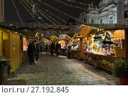 Купить «Рождественский базар на площади Ам Хоф в Вене вечером, Австрия», фото № 27192845, снято 8 декабря 2016 г. (c) Михаил Марковский / Фотобанк Лори