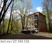 Купить «Пятиэтажный пятиподъездный кирпичный жилой дом серии 1-511, построен в 1960 году. 1-я Парковая улица, 7а корпус 2. Район Измайлово. Город Москва», эксклюзивное фото № 27193133, снято 6 мая 2017 г. (c) lana1501 / Фотобанк Лори
