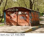 Купить «Кирпичный гараж во дворе жилых домов на 1-ой Парковой улице. Район Измайлово. Город Москва», эксклюзивное фото № 27193909, снято 6 мая 2017 г. (c) lana1501 / Фотобанк Лори