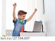 Купить «boy with headphones playing video game on laptop», фото № 27194697, снято 10 июня 2017 г. (c) Syda Productions / Фотобанк Лори