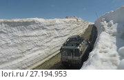 Купить «Внедорожники едут по горной дороге в снежном тоннеле», видеоролик № 27194953, снято 20 июня 2017 г. (c) А. А. Пирагис / Фотобанк Лори