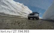 Купить «Автомобиль едет по горной дороге в снежном тоннеле», видеоролик № 27194993, снято 20 июня 2017 г. (c) А. А. Пирагис / Фотобанк Лори