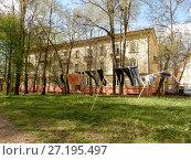 Купить «Трёхэтажный четырехподъездный кирпичный жилой дом, построен в 1951 году. Измайловский проспект, 47. Район Измайлово. Москва», эксклюзивное фото № 27195497, снято 6 мая 2017 г. (c) lana1501 / Фотобанк Лори