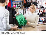 Купить «cashier helping customer at the pay desk», фото № 27195693, снято 22 сентября 2018 г. (c) Яков Филимонов / Фотобанк Лори