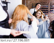 Купить «Woman points to master in hairdress salon right hair length for haircut», фото № 27196001, снято 7 марта 2017 г. (c) Яков Филимонов / Фотобанк Лори