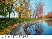 Купить «Осенний пейзаж в городском парке с водоемом», фото № 27197973, снято 17 октября 2017 г. (c) Татьяна Белова / Фотобанк Лори