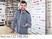 Купить «male seller assisting woman in choosing door handles in shop», фото № 27198353, снято 5 апреля 2017 г. (c) Яков Филимонов / Фотобанк Лори