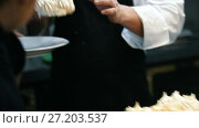 Купить «Chef putting dessert on plate - sweet Pavlova cake», видеоролик № 27203537, снято 30 мая 2020 г. (c) Константин Шишкин / Фотобанк Лори