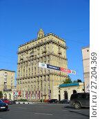 Купить «Двенадцатиэтажный двухподъездный кирпичный жилой дом, построен по индивидуальному проекту в 1953 году. Кутузовский проспект, 21. Район Дорогомилово. Город Москва», эксклюзивное фото № 27204369, снято 28 июня 2010 г. (c) lana1501 / Фотобанк Лори