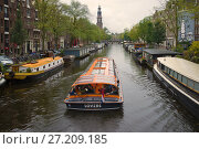 Прогулочное судно на Принцевом канале пасмурным сентябрьским днем. Амстердам (2017 год). Редакционное фото, фотограф Виктор Карасев / Фотобанк Лори
