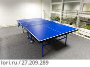 Купить «Синий стол для игры в теннис», фото № 27209289, снято 18 февраля 2017 г. (c) Евгений Ткачёв / Фотобанк Лори