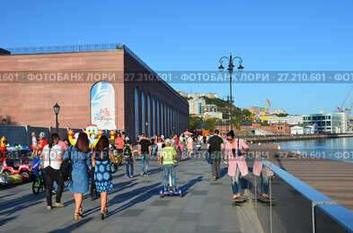 Владивосток, люди гуляют на набережной Цесаревича в солнечный осенний день