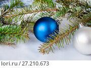 Купить «Blue and silver ball on a spruce branch», фото № 27210673, снято 8 февраля 2017 г. (c) Катерина Белякина / Фотобанк Лори