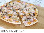 Купить «Пицца ассорти на деревянной доске», фото № 27214197, снято 18 ноября 2017 г. (c) Елена Коромыслова / Фотобанк Лори