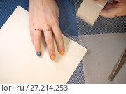 Купить «Женская рука клеит бумагу прозрачным скотчем», фото № 27214253, снято 18 ноября 2017 г. (c) Юлия Юриева / Фотобанк Лори