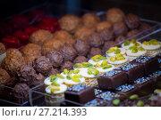 Купить «Шоколадные конфеты оригинальных форм. Ручная работа», фото № 27214393, снято 5 марта 2016 г. (c) Татьяна Белова / Фотобанк Лори