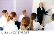 Купить «Female professor giving presentation for medical students in lecture hall», видеоролик № 27214629, снято 19 октября 2017 г. (c) Яков Филимонов / Фотобанк Лори