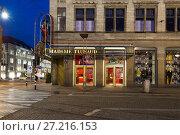 Ночь у входа в музей восковых фигур мадам Тюссо. Амстердам, Нидерланды (2017 год). Редакционное фото, фотограф Виктор Карасев / Фотобанк Лори