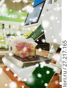 Купить «apples in plastic bag on scale at grocery store», фото № 27217165, снято 2 ноября 2016 г. (c) Syda Productions / Фотобанк Лори