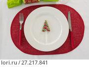 Plate and cutlery set beautifully on Christmas theme. Стоковое фото, агентство Wavebreak Media / Фотобанк Лори