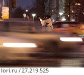 Купить «Москва, размазанные автомобили и люди ожидающие разрешающего сигнала светофора», эксклюзивное фото № 27219525, снято 18 декабря 2016 г. (c) Дмитрий Неумоин / Фотобанк Лори