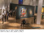 Купить «Посетители на выставке «Некто 1917»  в Третьяковской галерее на Крымском Валу», эксклюзивное фото № 27221921, снято 18 ноября 2017 г. (c) Виктор Тараканов / Фотобанк Лори