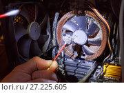 Купить «Мастер очищает вентилятор компьютера от пыли», фото № 27225605, снято 3 ноября 2017 г. (c) Bala-Kate / Фотобанк Лори
