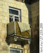 Купить «Балкон трёхэтажного кирпичного жилого дома (построен в 1955 году). Улица Главная, 9. Восточный район. Город Москва», эксклюзивное фото № 27233289, снято 7 февраля 2010 г. (c) lana1501 / Фотобанк Лори