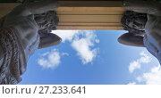 Купить «Санкт-Петербург. Могучие фигуры гранитных Атлантов на портике Нового Эрмитажа на фоне синего неба (1851 г.)», фото № 27233641, снято 5 сентября 2017 г. (c) Виктория Катьянова / Фотобанк Лори