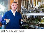 Купить «workman holding metal furniture», фото № 27234533, снято 22 мая 2019 г. (c) Яков Филимонов / Фотобанк Лори
