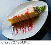 Купить «cheesecake with sauce», фото № 27234845, снято 20 апреля 2018 г. (c) Яков Филимонов / Фотобанк Лори