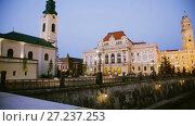 Купить «Illuminated City Hall on Oradea embankment in twilight, Romania», видеоролик № 27237253, снято 6 октября 2017 г. (c) Яков Филимонов / Фотобанк Лори