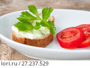 Купить «Sandwich with cheese and parsley, sliced tomatoes in white plate», фото № 27237529, снято 18 июля 2017 г. (c) Катерина Белякина / Фотобанк Лори