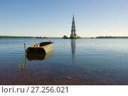 Купить «Июльское утро на Угличском водохранилище. Вид на затопленную колокольню. Калязин, Россия», фото № 27256021, снято 22 июля 2017 г. (c) Виктор Карасев / Фотобанк Лори