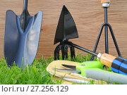 Купить «Садовый инвентарь на газоне», эксклюзивное фото № 27256129, снято 7 мая 2016 г. (c) Юрий Морозов / Фотобанк Лори