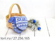 Купить «Новогодняя композиция. Варежки в корзинке и елочные игрушки», фото № 27256165, снято 1 декабря 2017 г. (c) Наталья Осипова / Фотобанк Лори